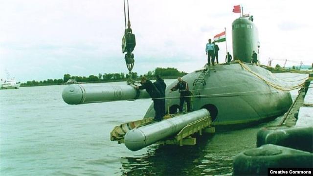 Ảnh minh họa: Tên lửa Klub được đưa lên tàu ngầm Kilo của Hải quân Ấn Độ. (Facebook)