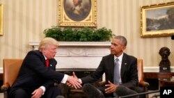 奥巴马总统在白宫与当选总统川普握手(2016年11月10日)