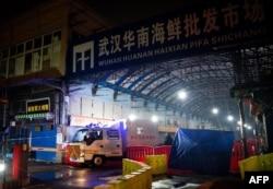 资料照片:中国湖北省武汉市卫生应急队的消毒车辆驶离已被关闭的武汉华南海鲜批发市场。(2020年1月11日)