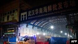 中国湖北省武汉市卫生应急队的消毒车辆驶离已被关闭的武汉华南海鲜批发市场。(2020年1月11日)