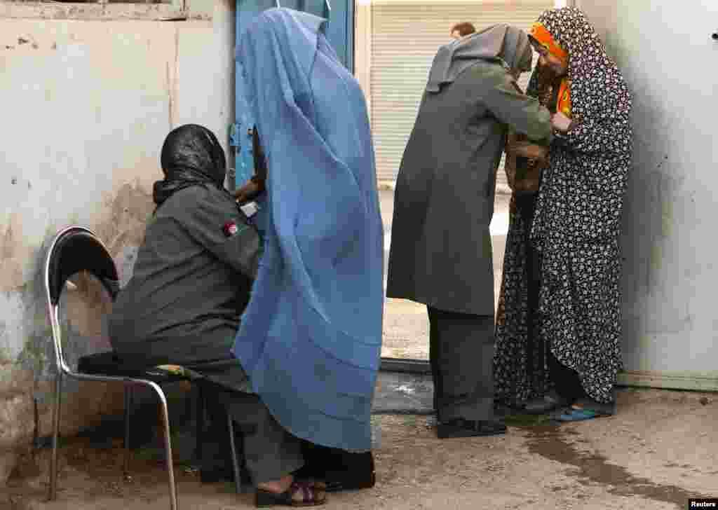 Afg'on politsiyachi ayollari Hirotda xotin-qizlarni tekshirmoqda