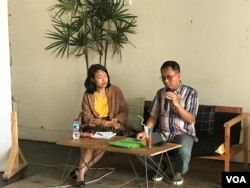 Koordinator Task Force Jawa Barat, Ni Loh Gusti Madewanti, dan Direktur Eksekutif PKBI, Eko Maryadi, dalam diskusi di Bandung, Kamis, 18 Juli 2019. (Foto: Rio Tuasikal/VOA)