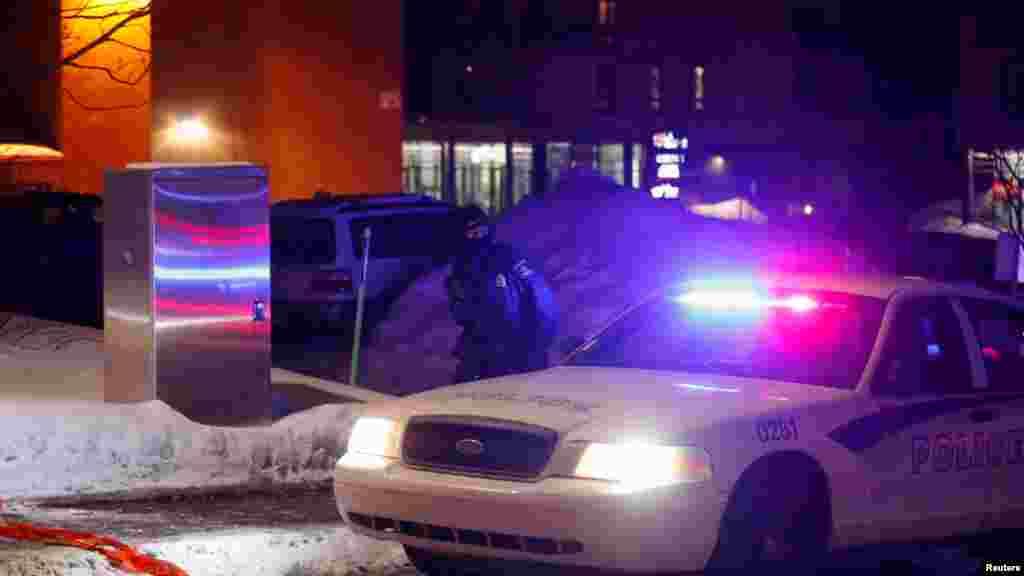 Une voiture de police à Québec, aprés des tirs dans une mosquée au Canada, le 29 janvier 2017.