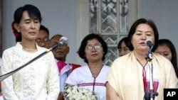 緬甸反政府運動克倫民族聯盟總書記瑙齊波拉盛(右)星期天在昂山素姬家中會晤昂山素姬之後對記者發表講話