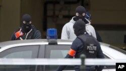 Un policier belge cagoulé devant un tribunal à Bruxelles, Belgique, 24 mars 2016.