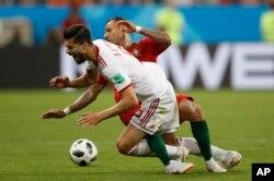 El frente de Saeid Ezatolahi de Irán cae cuando es abordado por el portugués Ricardo Quaresma durante el partido del grupo B entre Irán y Portugal en la Copa Mundial de fútbol 2018 en el Mordovia Arena en Saransk, Rusia, el lunes 25 de junio de 2018.