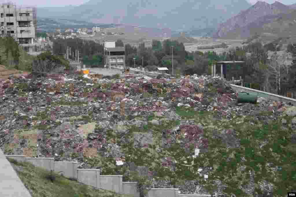 انباشت زباله و نخاله در حاشیه سد لتیان عکس: احمد (ارسالی شما)