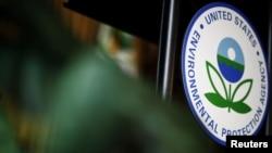 Logo Badan Perlindungan Lingkungan Amerika Serikat (EPA) di kantor pusat EPA, Washington, 11 Juli 2018. (Foto: Reuters)