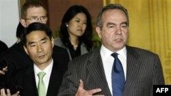 Trợ lý Ngoại trưởng Hoa Kỳ phụ trách Đông Á và Thái Bình Dương Kurt Campbell (phải) nói chuyện với giới truyền thông sau cuộc họp với Thứ trưởng Ngoại giao Nam Triều Tiên Kim Jae-shin (trái) ở Seoul, ngày 7/10/2010