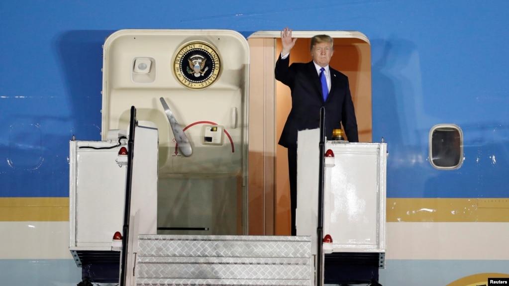 2018年6月10日美國總統川普抵達新加坡的巴耶利峇空軍基地,招手致意,他將與朝鮮領導人金正恩舉行峰會。