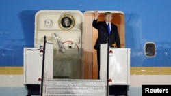 2018年6月10日美国总统川普抵达新加坡的巴耶利峇空军基地,招手致意,他将与朝鲜领导人金正恩举行峰会。