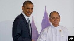 Presiden AS Barack Obama (kiri) berjabat tangan dengan Presiden Myanmar Thein Sein di Naypyitaw, Kamis (13/11).