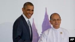 Rais Barack Obama wa Marekani akisalimiana na Rais Thein Sein wa Myanmar kabla ya kufunguliwa mkutano wa viongozi wa ASEAN.