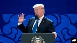 도널드 트럼프 미국 대통령이 10일 베트남 다낭에서 열린 APEC 최고경영자 회의에서 연설하고 있다.