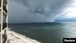 Alberto, todavía como tormenta subtropical, llega a la playa de Orange, en Alabama, el 28 de mayo.