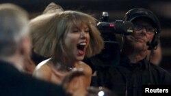 Nữ ca sĩ Taylor Swift tại lễ trao giải Grammy lần thứ 58 ở Los Angeles, California, ngày 15 tháng 2 năm 2016.