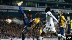 Pemain Tottenham Hotspur, Emmanuel Adebayor, dalam pertandingan melawan Asteras Tripolis di stadion White Hart Lane di London, Oktober 2014.(AP/Kirsty Wigglesworth)