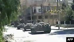 Hình ảnh từ video nghiệp dư cho thấy xe tăng của lực lượng Syria trên đường phố ở Deir el-Zour, Syria, ngày 9/8/2011