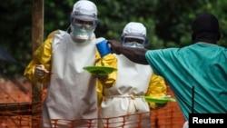 医护人员为塞拉利昂一个隔离病房的埃博拉病患送饭(资料照片)
