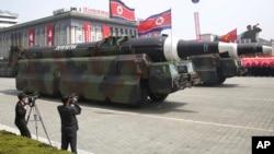 朝鲜导弹车参加阅兵式,通过平壤金日成广场(2017年4月15日)。