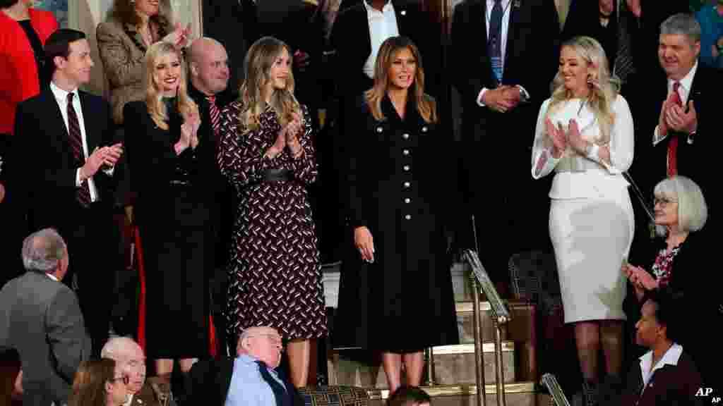 بانوی اول، خانواده رئیس جمهوری و دیگر مهمانان در طبقه بالای مجلس نمایندگان شنونده سخنان پرزدینت ترامپ بودند.
