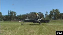英國公司馬洛依航空(Malloy Aeronautics)展示了盤旋自行車的原型,並說這將成為真正的個人飛行平台。(視頻截圖)