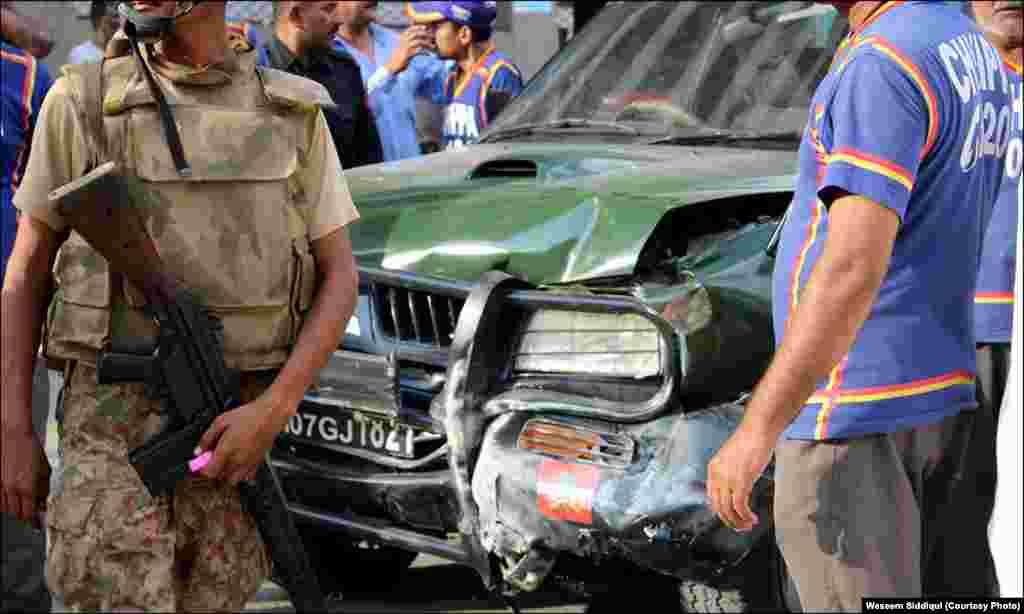 دیوار سے ٹکرانے کے بعد گاڑی کا اگلہ حصہ بری طرح متاثر ہوا