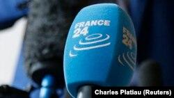Un micro de la chaîne de télévision française France 24 lors d'une conférence de presse à Paris, le 23 octobre 2014.