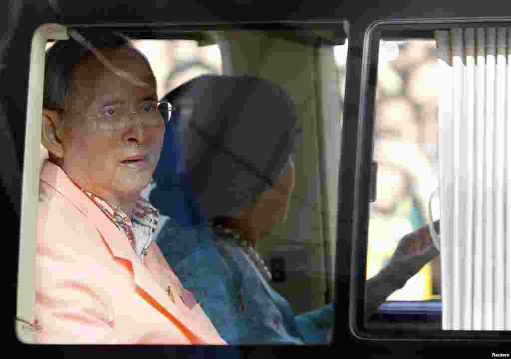 Thailand's King Bhumibol Adulyadej and Queen Sirikit leave Siriraj hospital in Bangkok, August 1, 2013.