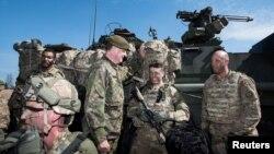 핀란드 방위군의 셰포 토이포넨(가운데) 중장이 지난 5월 핀란드 니니살로에서 진행된 미군과의 합동훈련에서 미군 병사들을 격려하고 있다. (자료사진)