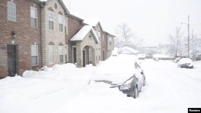 Imagen tomada de un video de redes sociales de la tormenta de nieve en Columbia, Missouri, el sábado 12 de enero de 2019. Cortesía de Hillary Tan, a través de Reuters.
