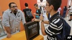 지난 10월 미국 플로리다주 마이애미에서 열린 취업 박람회에서 구직자(오른쪽)가 구인 업체 관계자와 상담하고 있다. (자료사진)
