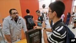 一名男子在迈阿密的一个招聘中心寻找工作机会 (资料照片)