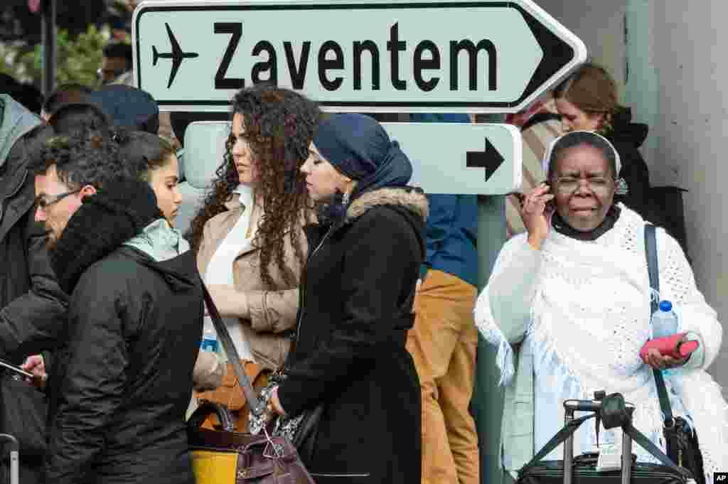 پس از تخلیه فرودگاه توسط ماموران امنیتی و اورژانس، مردم در اطراف فرودگاه نظاره گر اتفاقات هستند.
