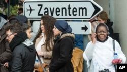 Des personnes évacuées de l'aéroport de Bruxelles suite aux explosions ayant secoué l'installation le 22 Mars 2016.