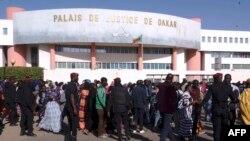 Une foule devant le tribunal où se déroule le procès du maire de Dakar, Khalifa Sall. à Dakar le 14 décembre 2017.