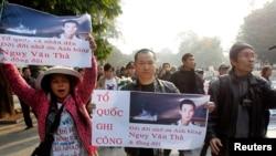 Người biểu tình xuống đường tưởng niệm 40 năm trận hải chiến Hoàng Sa tại Hà Nội với biểu ngữ 'Tổ quốc ghi công, đời đời nhớ ơn anh hùng Ngụy Văn Thà và đồng đội'.