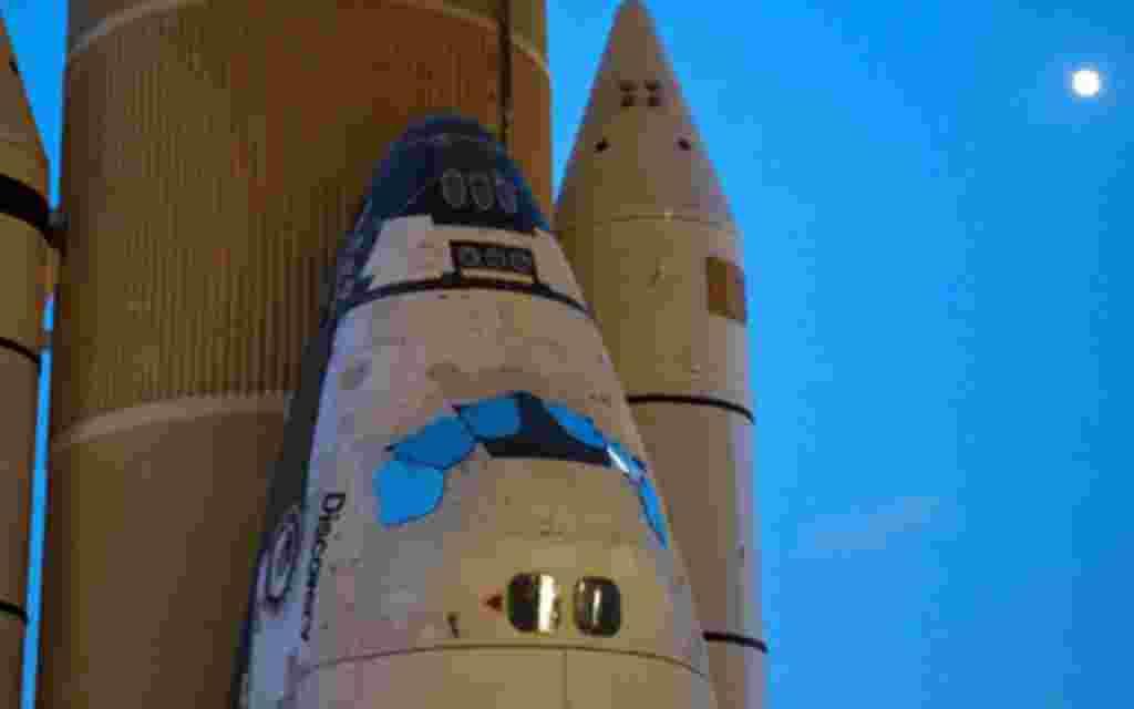 El transbordador espacial Discovery al inició su caminata nocturna hacia la plataforma de lanzamiento 39A.
