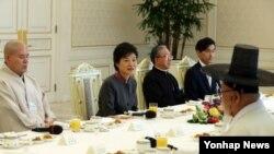 19일 청와대에서 한국종교지도자협의회 참석자들과 오찬 간담회를 가진 박근혜 대통령(왼쪽 두번째).