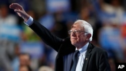 버니 샌더스 상원의원이 25일 민주당 전당대회에서 대선 경선 경쟁자였던 힐러리 클린턴 후보에 대한 지지를 촉구했다.