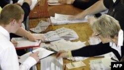 Подсчет голосов на одном из избирательных участов в Великобритании.