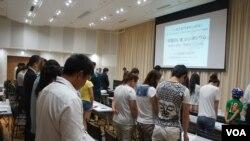 中国民阵日本分部周日晚在东京主办纪年六四事件26周年的集会时,与往年一样,照旧从全体默哀开始。(美国之音歌篮拍摄)