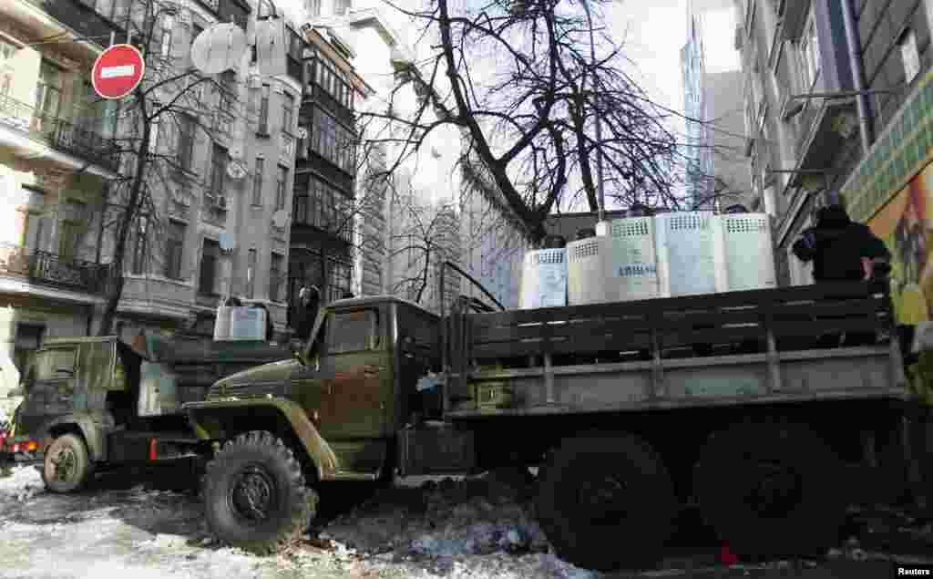 Polis Parlament binasına gedən yolları bağlayıb - Kiyev. 6 fevral, 2014