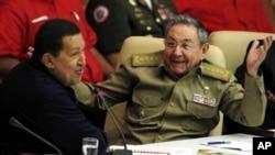 Cuba's President Raul Castro, right, reacts while Venezuela's President Hugo Chavez speaks during a meeting in Havana, Cuba, 8 Nov, 2010