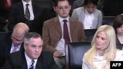 Vợ chồng Tareq (trái) và Michaele Salahi ra khai chứng trước Ủy ban Nội an Hạ viện hôm 20 tháng 1, 2010
