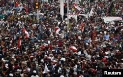 Sejumlah Ormas Islam melakukan aksi protes terhadap UU Omnibus Law Cipta Kerja di Jakarta, hari Selasa 13 Oktober 2020. (foto: REUTERS / Willy Kurniawan)