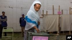Cử tri đi bỏ phiếu tại Addis Ababa, Ethiopia, ngày 24/5/2015.