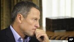 Pebalap sepeda Lance Armstrong mendengarkan pertanyaan dari Oprah Winfrey dalam wawancara TV (14/1).