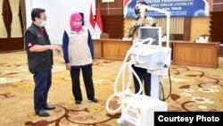 Ventilator menjadi salah satu alat bantu pasien corona yang dalam kondisi berat hingga kitis (foto Humas Pemprov Jawa Timur)