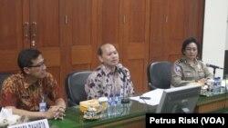 Bobby Soemiarsono, Kepala Dinas Pendapatan Daerah (Dipenda) Provinsi Jawa Timur (tengah) memberikan penjelasan mengenai pembebasan denda dan bunga pajak kendaraan bermotor bagi para pemilik kendaraan di Jawa Timur, 2 September 2016 (Foto: VOA/Petrus).